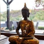 glitzernde Statue eines Buddha