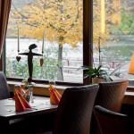 Gedeckter Tisch vor einem großen Fenster