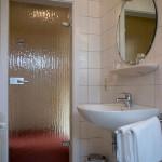 Waschbecken, Spiegel, Tür