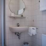 Waschbecken, Spiegel und Handtücher