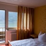 Bett im Zimmer, Balkontür ist geöffnet