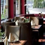mehrere Tische im Restaurant Zum Fährturm in Mehring